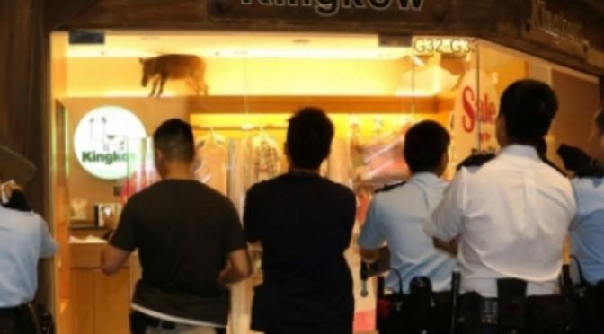 Wild zwijn valt uit plafond van kledingzaak
